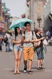 Amantes jovenes con un parasol, Pekín, China Imágenes de archivo libres de regalías