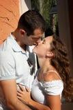 Amantes jovenes hermosos alrededor a besarse en el aftern Foto de archivo libre de regalías