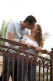 Amantes jovenes hermosos que se besan en balcón al aire libre Imagenes de archivo