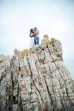 Amantes jovenes hombre y mujer que caminan en las montañas Fotos de archivo