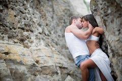 Amantes jovenes hombre y mujer que caminan en las montañas Foto de archivo