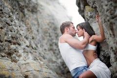 Amantes jovenes hombre y mujer que caminan en las montañas Imagen de archivo