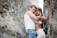 Amantes jovenes hombre y mujer que caminan en las montañas Imágenes de archivo libres de regalías