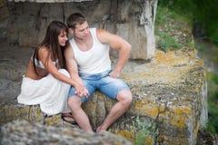 Amantes jovenes hombre y mujer que caminan en las montañas Fotografía de archivo