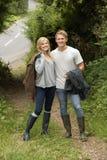 Amantes jovenes que caminan en el sendero del campo Imagen de archivo