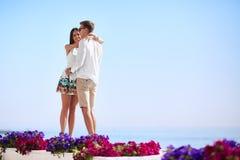 Amantes lindos en un fondo azul del océano Lazo feliz Un par romántico en una luna de miel Romance y datación copia fotos de archivo