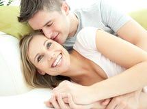 Amantes lindos que se divierten junto en la sala de estar Fotografía de archivo