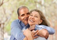 Amantes mayores felices que se abrazan y la risa Imagenes de archivo