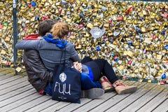 Amantes na ponte da arte, Paris foto de stock royalty free