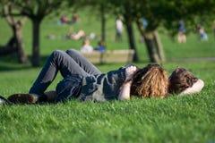 Amantes no parque Imagens de Stock