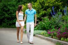 Amantes no parque em uma tâmara foto de stock