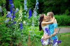 Amantes no parque em uma tâmara Foto de Stock Royalty Free