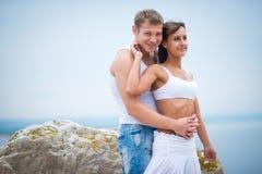 Amantes novos homem e mulher que andam nas montanhas Imagens de Stock Royalty Free