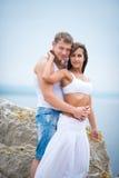 Amantes novos homem e mulher que andam nas montanhas Imagem de Stock