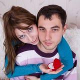 Amantes novos no quarto Imagens de Stock Royalty Free