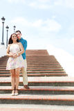 Amantes novos que abraçam em escadas Imagem de Stock