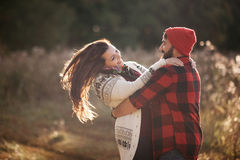 Amantes que abrazan en naturaleza Fotografía de archivo libre de regalías