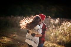 Amantes que abrazan en naturaleza Imagen de archivo libre de regalías