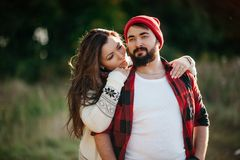 Amantes que abrazan en naturaleza Imagenes de archivo