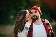 Amantes que abrazan en naturaleza Fotografía de archivo