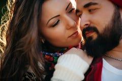 Amantes que abrazan en naturaleza Foto de archivo