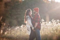 Amantes que abrazan en naturaleza Foto de archivo libre de regalías