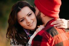 Amantes que abrazan en naturaleza Fotos de archivo