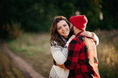 Amantes que abrazan en naturaleza Fotos de archivo libres de regalías