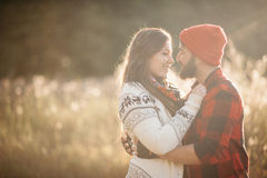 Amantes que abrazan en naturaleza Imágenes de archivo libres de regalías
