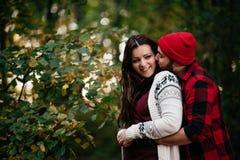 Amantes que abrazan en naturaleza Imagen de archivo