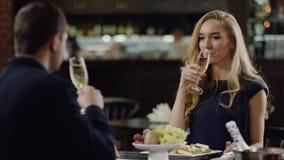 Amantes que beben el champán en restaurante metrajes