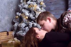 Amantes que celebran Año Nuevo en un interior hermoso Foco en el ne Fotografía de archivo