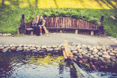 Amantes que descansam no parque Imagens de Stock Royalty Free
