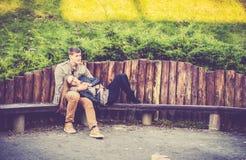 Amantes que descansan en parque Imagen de archivo