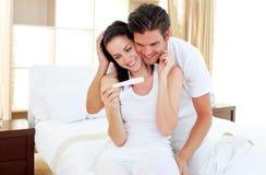 Amantes que descubren la prueba de embarazo Foto de archivo libre de regalías