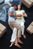 Amantes que duermen en el suelo Foto de archivo
