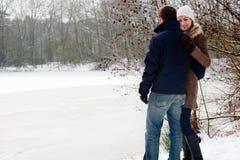 Amantes que estão perto de um lago congelado Imagens de Stock Royalty Free