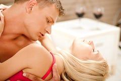 Amantes que gozan en cama Foto de archivo