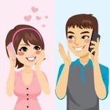 Amantes que hablan el teléfono ilustración del vector