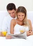 Amantes que lêem um jornal e beber Imagem de Stock Royalty Free