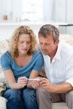 Amantes que miran una prueba de embarazo Fotografía de archivo libre de regalías