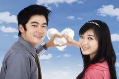 Amantes que muestran símbolo del corazón con las manos Fotografía de archivo libre de regalías