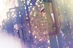 Amantes que ocultan en el parque del otoño Foto de archivo