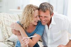 Amantes que olham um teste de gravidez Imagem de Stock Royalty Free