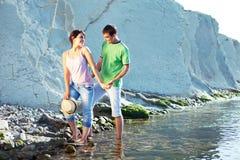Amantes que recorren en la playa Foto de archivo libre de regalías