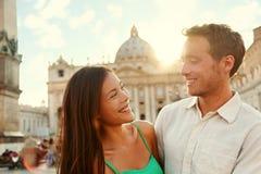 Amantes románticos de los pares en la puesta del sol en el Vaticano, Italia fotografía de archivo libre de regalías