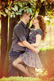 Amantes románticos que abrazan con la pasión Imágenes de archivo libres de regalías