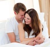Amantes românticos que abraçam o encontro na cama Imagem de Stock Royalty Free