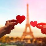 Amantes românticos com torre Eiffel Fotografia de Stock