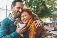 Amanti abbastanza senior che abbracciano con la gioia Fotografia Stock